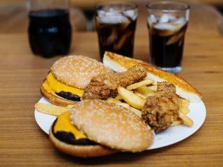 Σύμφωνα με τη νέα ευρωπαϊκή νομοθεσία τα trans λιπαρά στα τρόφιμα δεν θα υπερβαίνουν τα 2 γραμ. ανά 100 γραμ. λίπους.