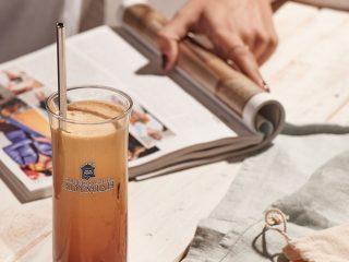 Τα Καφεκοπτεία Λουμίδη παροτρύνουν τους καταναλωτές να αντικαταστήσουν τα πλαστικά καλαμάκια με νέα καλαμάκια πολλαπλών χρήσεων.