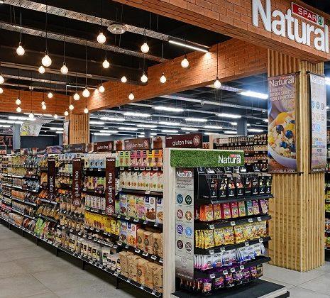 Εγκαινιάστηκαν 2 καταστήματα SPAR στην Κύπρο, που βρίσκονται στη Λευκωσία και στη Λεμεσό. Η εταιρεία διέθετε ένα κατάστημα, αυτό της Λάρνακας.